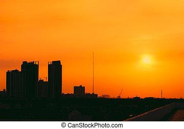 miasto, sylwetka, metro, niebo, słoneczny, zachód słońca, pomarańcza