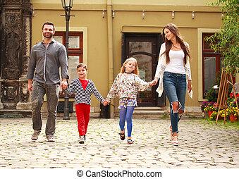 miasto, turysta, rodzina, młody, chód, ulica, dzieci