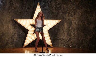 micro, lent, étoile, tenue, mouvement, fond, joli, singing., girl, briller