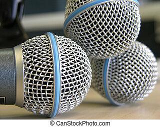 microfones, três