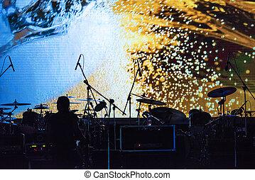 microfoni, drumkit, illuminato, palcoscenico vuoto