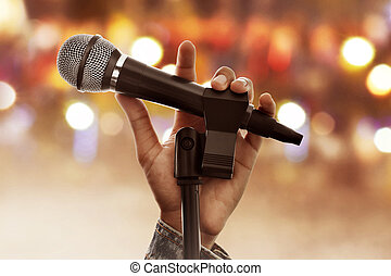 microfono, tenendo mano