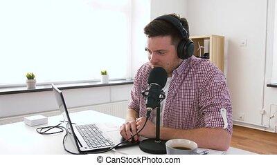 microfoon, headphones, spreekt, draagbare computer, man