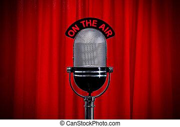 microfoon, op stadium, met, schijnwerper, op, rood gordijn