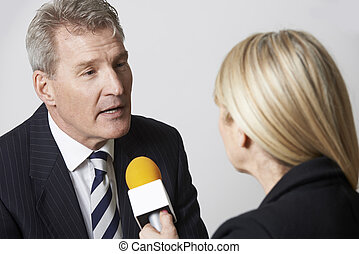 micropho, être, interviewé, journaliste, femme, homme affaires
