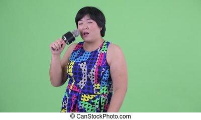 microphone, femme, excès poids, jeune, asiatique, prêt, fête, chant, heureux