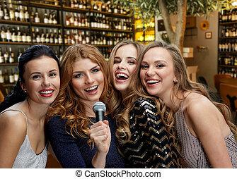 microphone, femmes, chant, jeune, heureux, karaoke