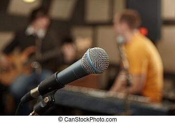 microphone., gitarre spieler, und, keyboarder, in, fokus