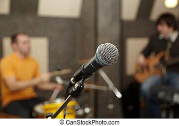 microphone., schlagzeugspieler, und, gitarre spieler, in, fokus