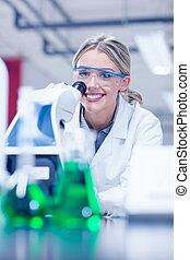 microscópio laboratório, trabalhando, estudante, ciência, feliz