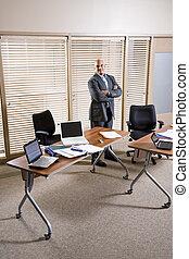 mid-adult, spanyol, businessman van, alatt, hivatal