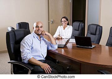 mid-adult, spanyol, hivatal munkás, alatt, tanácskozóterem