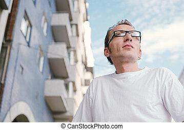 mid-aged, homme, ville, bâtiment., devant