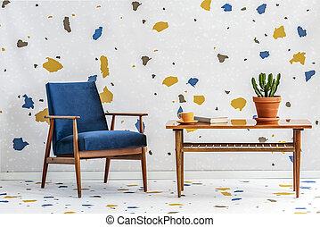 mid-century, moderno, blu marino, poltrona, e, uno, retro, tavola legno, in, uno, bianco, soggiorno, interno, con, lastrico, modello, su, parete, e, floor., reale, photo.