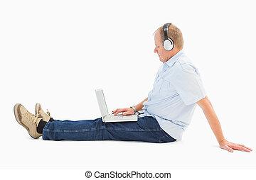 middelbare leeftijd , draagbare computer, muziek luisteren, gebruik, man