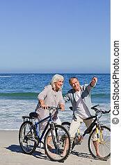 middelbare leeftijd , fietsen, paar, hun, strand