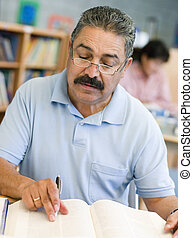 middelbare leeftijd , mannelijke student, studerend , in, bibliotheek
