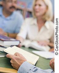 middelbare leeftijd , scholieren, studerend , brandpunt, boek, holdingshanden, bibliotheek
