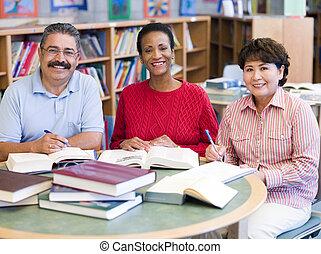 middelbare leeftijd , scholieren, studerend , in, bibliotheek