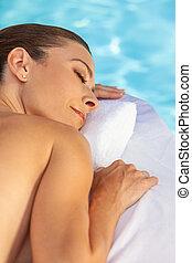 middelbare leeftijd , vrouw ontspannend, sunbathing, door, zwembad