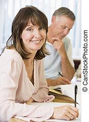 middelbare leeftijd , vrouw, studerend , met, anderen,...