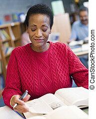 middelbare leeftijd , vrouwelijke student, studerend , in, bibliotheek