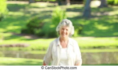 middelbare leeftijd , wandelende, terwijl, het kijken, fototoestel, vrouw