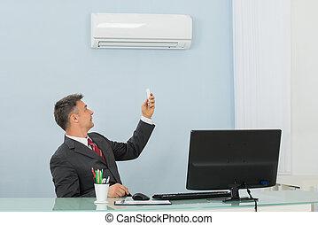 middelbare leeftijd , zakenman, gebruik, klimaatregelaar, in, kantoor