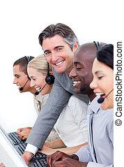 middelbare leeftijd , zijn, team, directeur, centrum, werkende , roepen
