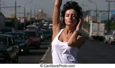 middelbare , meisje, headphones, snelweg, dancing