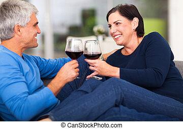 middelbare , paar, oud, het genieten van, wijntje