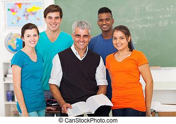middelbare school leerlingen, in, klaslokaal, met, senior, leraar