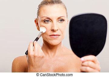 middelbare , vrouw, oud, makeup, aan het dienen