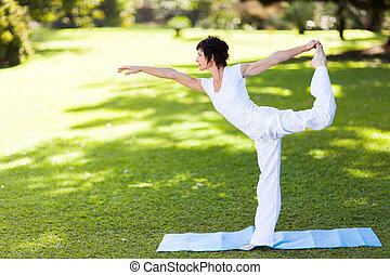 middelbare , vrouw, oud, yoga, elegant