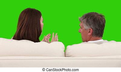 midden-leeftijd, koppel pratend, op, hun, sofa