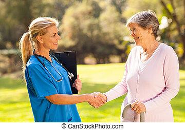 midden, oud, verpleegkundige, handshaking, senior, patiënt