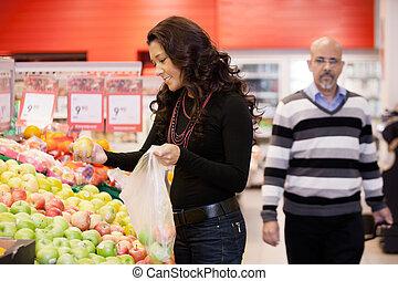 midden volwassene, vrouw, aankoop, fruit, op, supermarkt