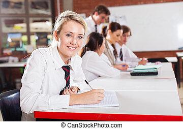 middenschool, meisje, zittende , in, klaslokaal