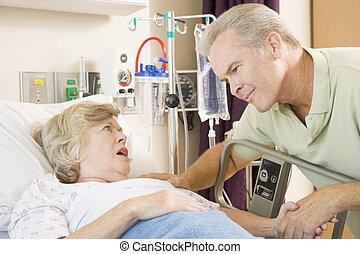 middle aged, 人談話, 到, 高級婦女, 在, 醫院