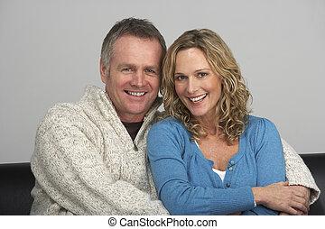 middle aged, 夫婦, 坐在沙發上