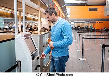 middle-aged, macho, é, usando, modernos, dispositivo, em, terminal