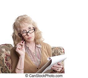 middle-aged, mulher olha, deixado perplexo