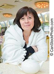 middle-aged, mulher, olhos marrons, é, sentando, em, a,...