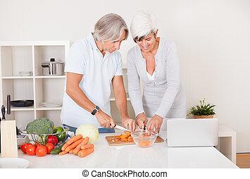 middle-aged, par, preparando uma refeição