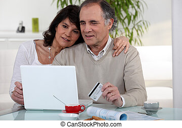 middle-aged, par, shopping on-line