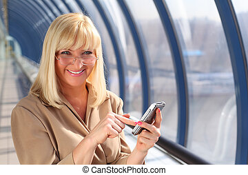 middleaged, femme souriant, pda, lunettes