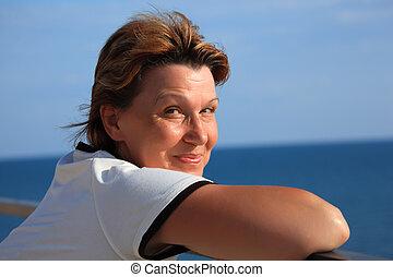middleaged, femme, sur, mer, portrait, balcon