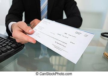 midsection, de, hombre de negocios, dar, cheque