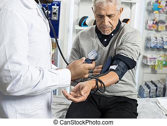 midsection, de, macho, químico, verificar, paciente, pressão sangue