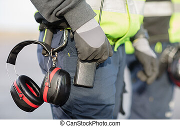 midsection, de, trabalhador, com, protetores orelha, anexado, para, trouser
